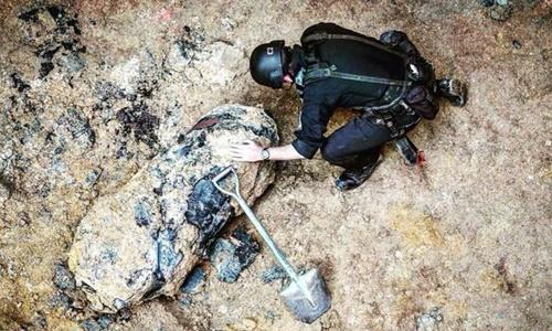 Quả bom được phát hiện tại một công trường xây dựng ở khu Wan Chai. Ảnh: SCMP.