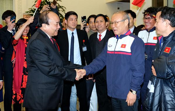 Gặp huấn luyện viên và các tuyển thủ U23, Thủ tướng nói chưa bao giờ tôichờ đợi lâu mà vui như vậy. Ảnh: Giang Huy