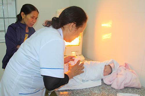 Bác sĩ đang lấy máu để làm xét nghiệm sức khỏe cho bé. Ảnh: Đức Hùng