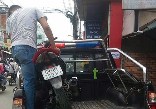Chiếc xe của người gây án được đưa về trụ sở. Ảnh: Tin Tin