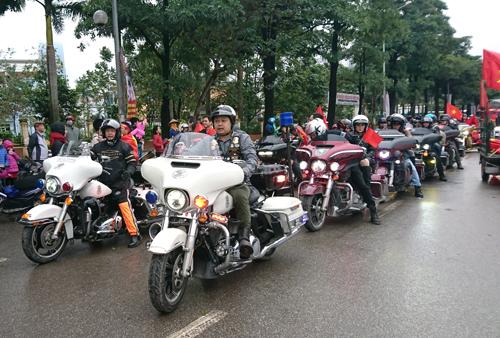 Đoàn xe hàng chục chiếc Harley-Davidson của Câu lạc bộ HOG Chapter Hà Nội nhận nhiệm vụ dẫn đoàn.