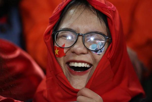 Nụ cười hạnh phúc của nữ cổ động viên. Ảnh:Ngọc Thành