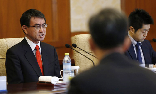 Ngoại trưởng Nhật Bản Taro Kono trong cuộc hội đàm hôm nay ở Bắc Kinh. Ảnh: AFP.