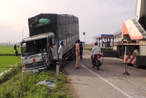 Nhiều ôtô bị tai nạn sau khi củ mì đổ xuống đường. Ảnh: Thạch Thảo.
