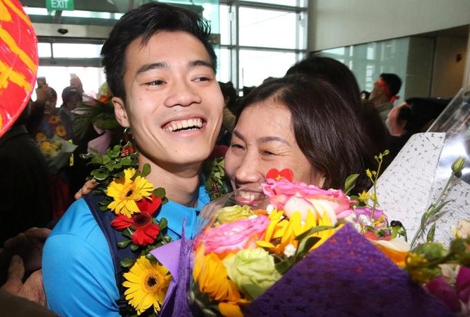 Những khoảnh khắc đầu tiên của U23 ở sân bay Nội Bài