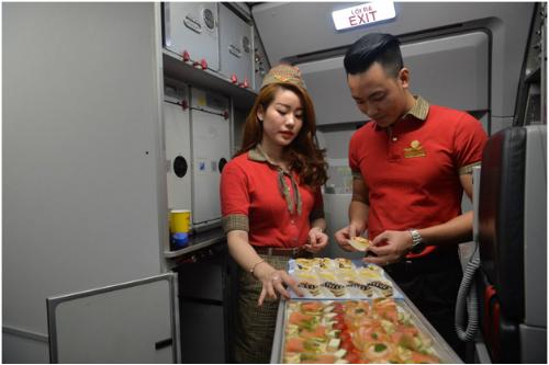 Các tiếp viên trẻ trung, xinh đẹp của Vietjet sẵn sàng phục vụ những người hùng của đất nước những món ăn nóng sốt, tươi ngon trên chuyến bay trở về nhà