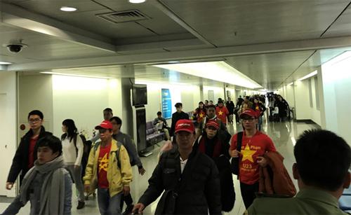 Những cổ động viên đầu tiên trở về vẫn nguyên màu cờ sắc áo tự hào Việt Nam.