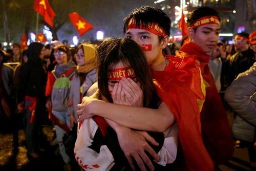 Người hâm mộ ở Hà Nội buồn bã khi U23 Việt Nam để thua vào phút chót trước Uzbekistan tại trận chung kết U23 châu Á. Ảnh: Reuters.