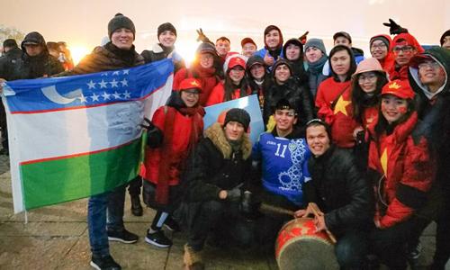 Cổ động viên Việt Nam và Uzbekistan chụp hình lưu niệm sau trận đấu. Ảnh: Đức Tống.