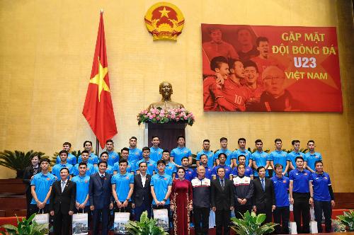 Chủ tịch Quốc hội chụp hình lưu niệm với Ban huấn luyện và các tuyển thủ U23. Ảnh: Giang Huy.