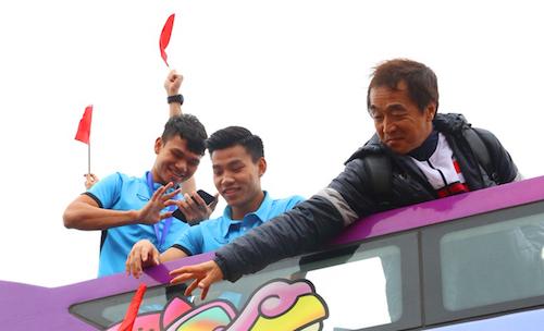 Phạm Xuân Mạnh (ngoài cùng bên trái) trên xe buýt hai tầng. Ảnh: Ngọc Thành.