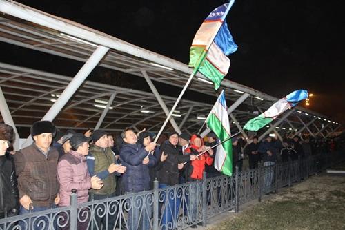 Hàng người hâm mộ cầm cờ chờ đón các tuyển thủ. Ảnh: