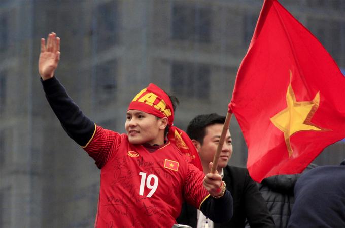 Khoảnh khắc dễ thương của thầy trò U23 trên đường diễu hành