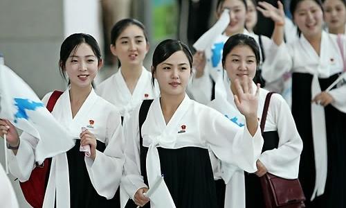 Đội hoạt náo viên Triều Tiên tới tham dự giải Vô địch Điền kinh châu Á ở Incheon, Hàn Quốc, hồi năm 2005. Ảnh: Yonhap.