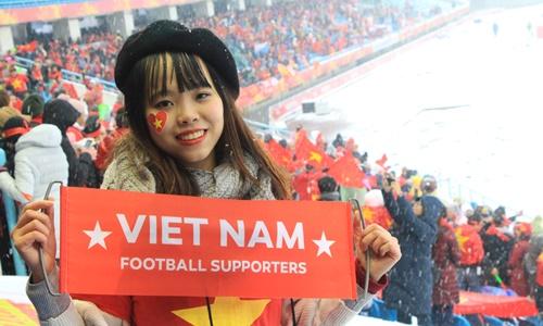 Một nữ cổ động viên Việt Nam tới cổ vũ đội tuyển. Ảnh nhân vật cung cấp.