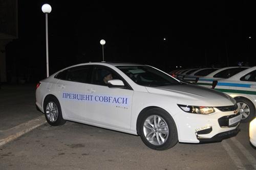 Xe tặng cho mỗi cầu thủ U23 Uzbekistan có dòng chữ: Quà tặng của Tổng thống. Ảnh:gazeta.