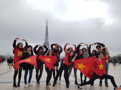 Cổ động viên Việt Nam tại Paris, Pháp trước trận chung kết giữa tuyển U23 Việt Nam vàUzbekistan hôm 271/. Ảnh:CTV.