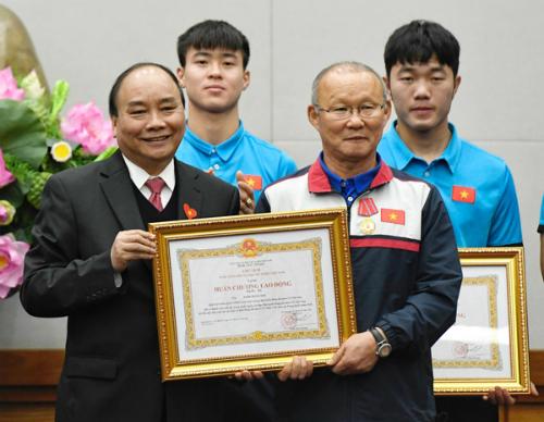 Thủ tướng Nguyễn Xuân Phúc thay mặt Đảng, Nhà nước trao Huân chương Lao động hạng Ba cho HLV Park Hang-seo. Ảnh: Giang Huy