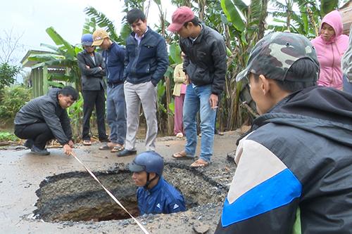 Hố 'tử thần' giữa đường liên xã ở Quảng Trị