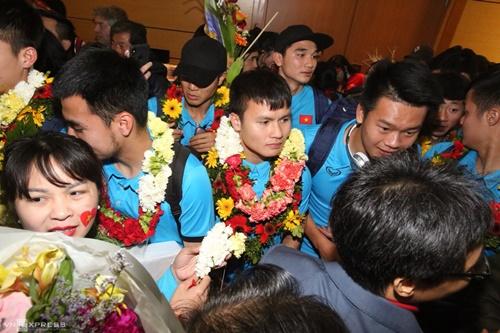 Các cầu thủ U23 Việt Nam trong vòng vây người hâm mộ. Ảnh: Ngọc Thành.