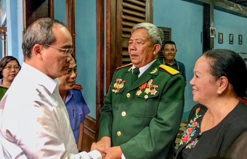 Ông Nguyễn Thiện Nhân thăm hỏibà Đặng Thị Thiệp và ông Phan Văn Hôn. Ảnh: Tuyết Nguyễn.