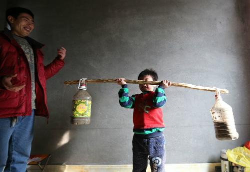 Zhang Yu yêu cầu con rèn luyện thể lực từ khi còn rất nhỏ. Ảnh: NetEase