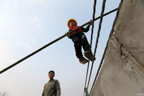 Wangwang thực hiện những bài tập nguy hiểm với cả người lớn. Ảnh: NetEase