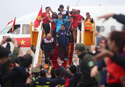 Đội tuyển U23 bước xuống từ máy bay Vietjet Air. Ảnh: Ngọc Thành