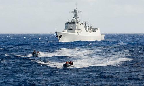 Một nhóm binh sĩ Trung Quốc di chuyểnđến tàu tuần duyên Mỹtrong một nội dung thuộc RIMPAC 2014. Ảnh:U.S Coast Guard.