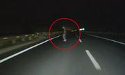 Người đàn ông sang đường như bóng ma trên cao tốc
