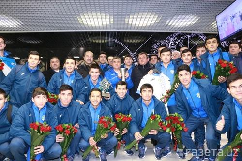 Tại sân bay, các cầu thủ được người thân, cổ động viên, Thủ tướng Abdulla Aripov, lãnh đạo Ủy ban Olympic Quốc gia và Liên đoàn Bóng đá chào đón.