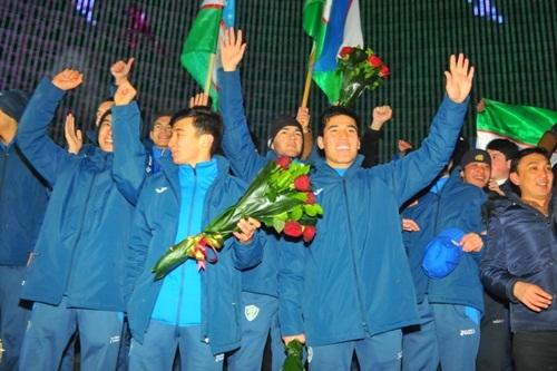 Các cầu thủ cầm hoa, cờ, vẫy tay chào cổ động viên. Ảnh: