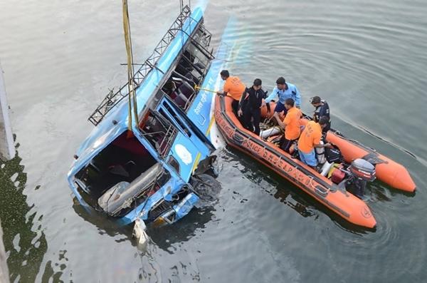 Chiếc xe buýt lao xuống sông ở bang Tây Bengal, Ấn Độ, ngày 29/1. Ảnh: AFP.