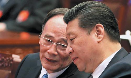 Ông Tập Cận Bình (phải) và đồng minh thân cận Vương Kỳ Sơn. Ảnh: Chinanews.