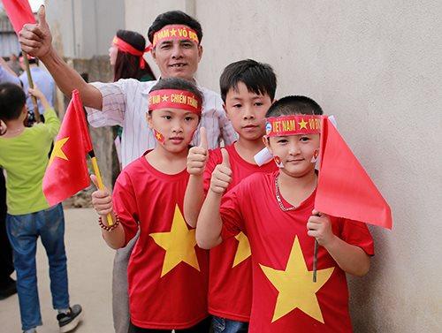 Từ trái qua: Các em Anh Thư,Đạt và Hoàngđến cổ vũ đội tuyển U23 ở nhà trung vệ Bùi Tiến Dũng. Ảnh:Ngọc Nam