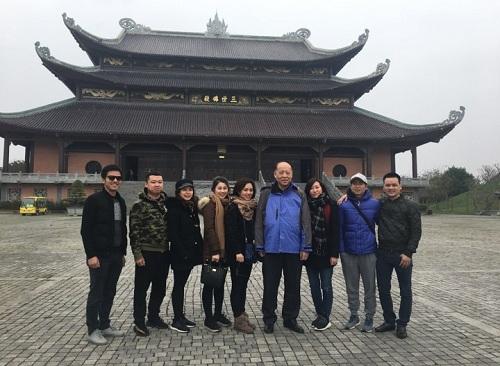 Ông Chu Kỳ (thứ tư từ phải sang) trong chuyến thăm chùa Bái Đính hôm 30/1 cùng các học trò cũ ở Việt Nam. Ảnh: Hoa Anh.