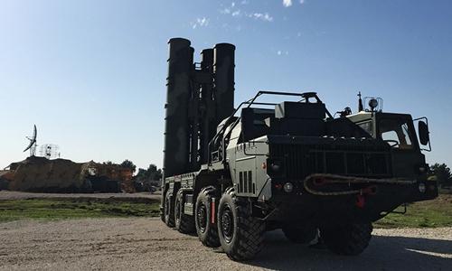 Xe phóng tên lửa trong tổ hợp phòng không S-400. Ảnh:Sputnik.