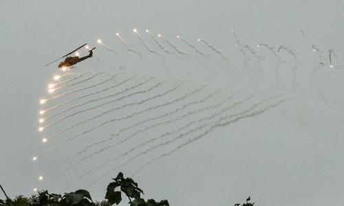 Trực thăng Đài Loan bắn pháo sáng trong cuộc diễn tập. Ảnh: AFP.