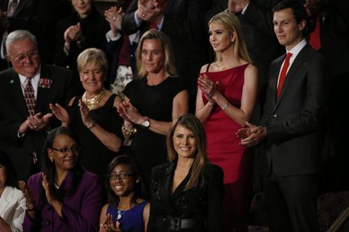 Các khách mời đứng cùng Đệ nhất Phu nhân Melania Trump (bên phải hàng trước) dự bài phát biểu của Trump trước quốc hội Mỹ năm ngoái. Ảnh: AFP.