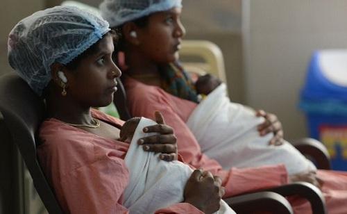 Sản phụ Ấn Độ ôm con. Việc lựa chọn giới tính hay phá thai theo giới tính rất phổ biến ở Ấn Độ. Ảnh: AFP.