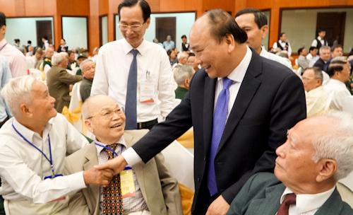 Thủ tướng Nguyễn Xuân Phúc thăm hỏi đại biểu, nhân chứng lịch sử Xuân Mậu Thân. Ảnh: Tuyết Nguyễn.