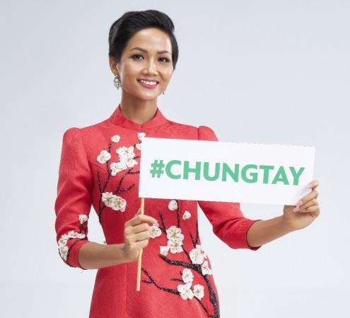 Với vai trò là đại sứ của chương trình, Hoa Hậu Hoàn Vũ Việt Nam 2017 HHen Niê cùng kêu gọi mọi người chung tay đóng góp để nhiều mảnh đời có Tết trong niềm vui.