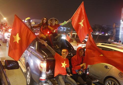 Hàng nghìn người dân Nghệ An diễu hành chào đón các cầu thủ U23 trở về quê tối nay. Ảnh: Quang Vinh.