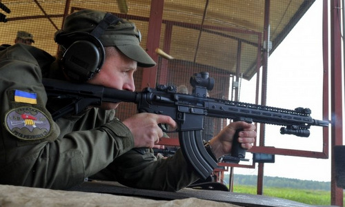 Binh sĩ Ukraine bắn thử một khẩu WAC-47. Ảnh: Drive.