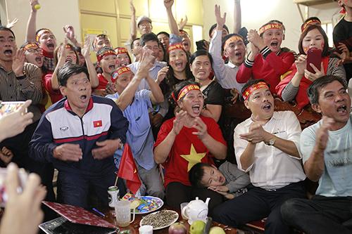 Không khí xem đá bóng tại nhà Tiến Dũng trong trận chung kết U23 châu Á. Ảnh: Ngọc Nam