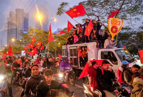 Người hâm mộ bóng đá Việt Nam đổ ra đường phố chào mừng tuyển U23 về nước vào ngày 28/1. Ảnh: Linh Pham.