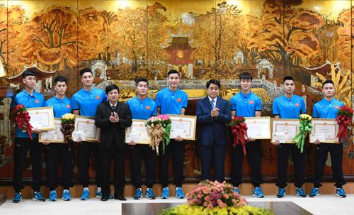 Lãnh đạo TP Hà Nội tặng bằng khen cho các cầu thủ đội tuyển U23 Việt Nam thuộc biên chế hai đội T&T và Viettel. Ảnh: Giang Huy.