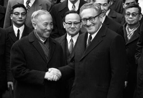 Ông Lê Đức Thọ bắt tay ông Henry Kissinger sau khi các bên ký Hiệp định Paris ngày 23/1/1973. Ảnh: AFP.