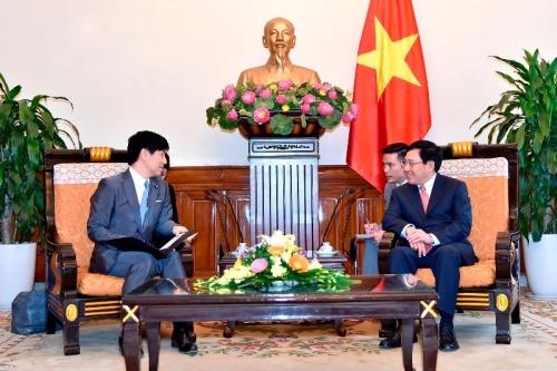 Hạ nghị sĩ Kazuyuki Nakane, Quốc vụ khanh Bộ Ngoại giao Nhật Bản thảo luận với Phó Thủ tướng, Bộ trưởng Ngoại giao Phạm Bình Minh. Ảnh: Bộ Ngoại giao.