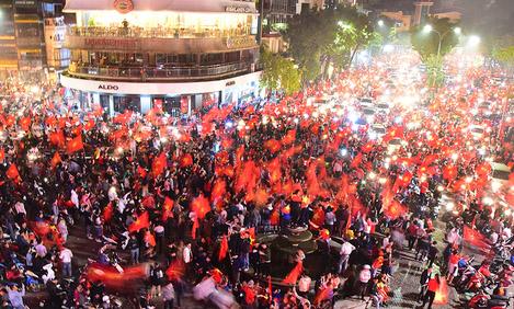 Người dân thủ đô đổ ra đường mừng đội tuyển U23 chiến thắng lọt vào trận chung kết. Ảnh: Giang Huy.